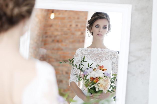 Belle mariée avec une robe blanche