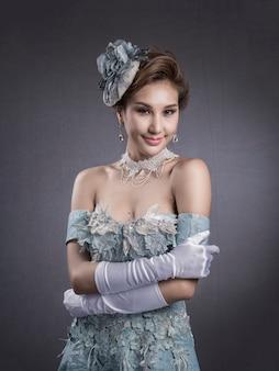 Belle mariée en robe élégante avec broderie