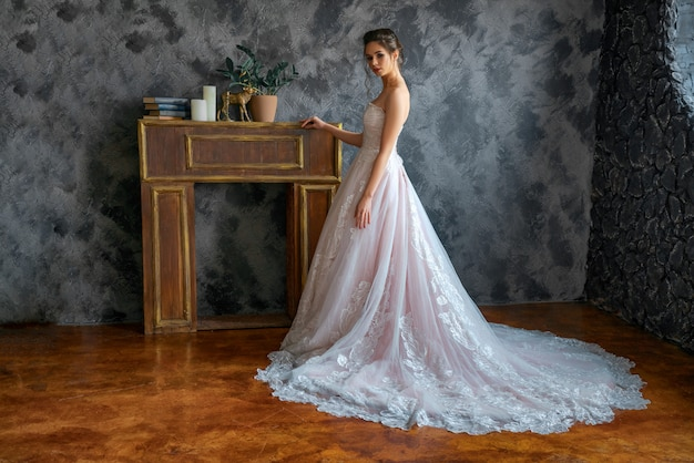 Belle mariée en robe de mariée, beau maquillage et style