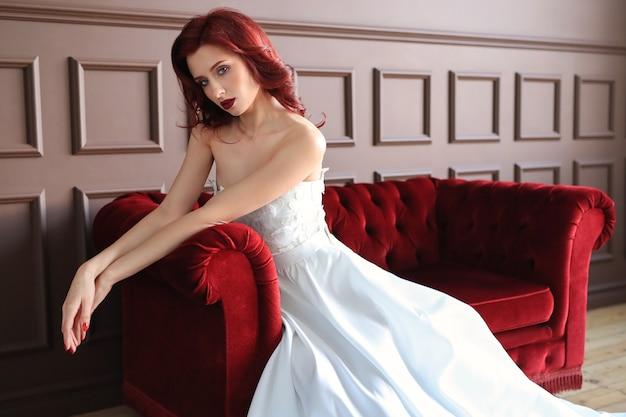 Belle mariée en robe de mariée blanche