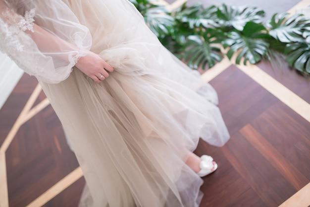 Belle mariée en robe de mariée à la mode. closeup portrait de belle fiancée, jeune mariée magnifique.