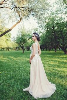 Belle mariée en robe de mariée de mode