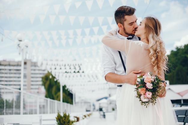 Belle mariée avec son mari dans un parc