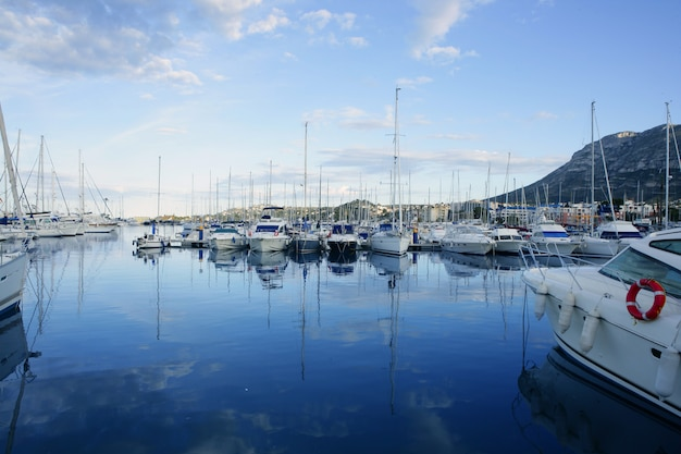 Belle marina bleue en mer méditerranée