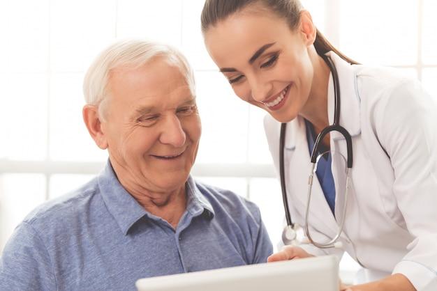 Belle médecin consulte son beau vieux patient