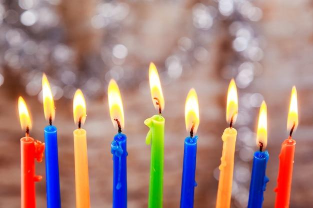 Belle menorah avec des bougies allumées sur fond flou clair concept de hanukkah vacances juives m...