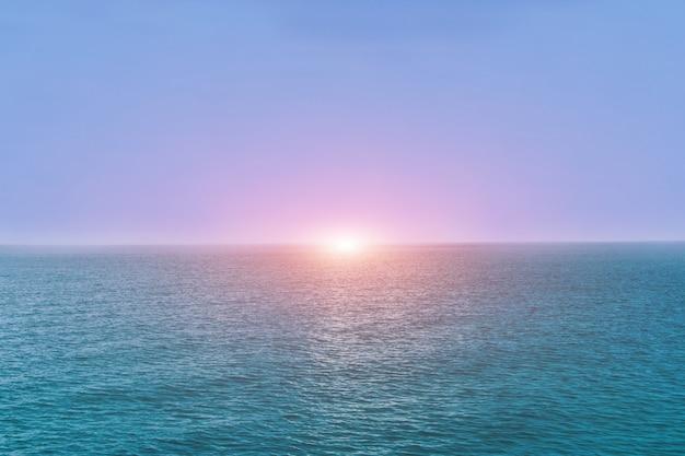 Belle mer d'andaman avec un ciel bleu en vacances et fond de lumière du soleil