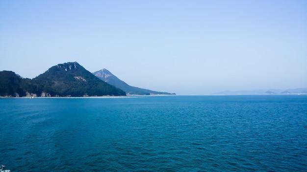 Belle mer bleue avec petites îles autour