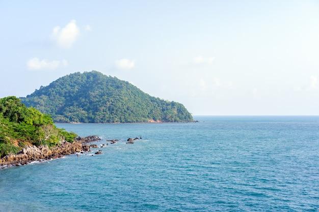 Belle mer de chanthaburi, thaïlande avec flou artistique et lumière en arrière-plan