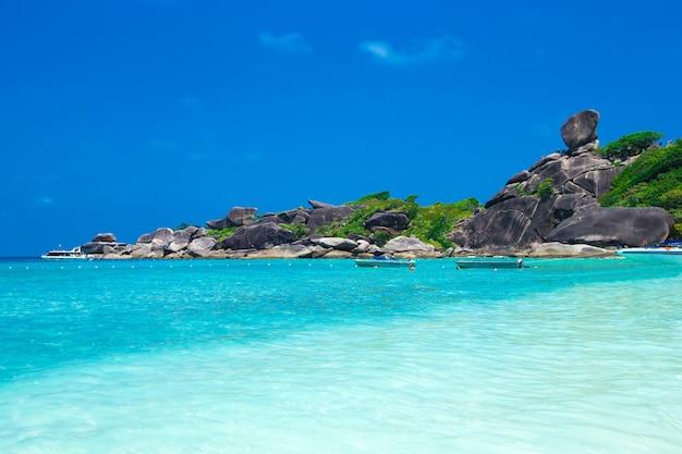 Belle mer et ciel bleu à l'île de similan, mer d'andaman, thaïlande