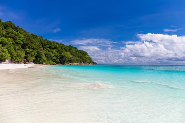 Belle mer cristalline et plage de sable blanc à l'île de tachai, andaman, thaïlande