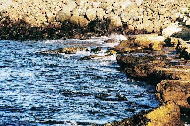 Belle mer et falaises magnifiques