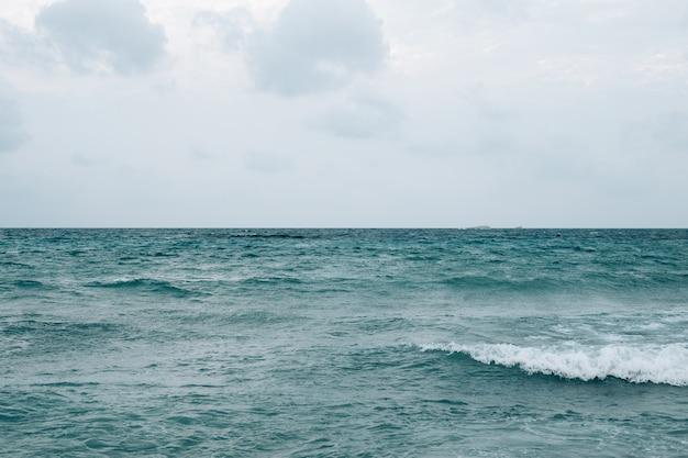 Belle mer méditerranée avec des vagues
