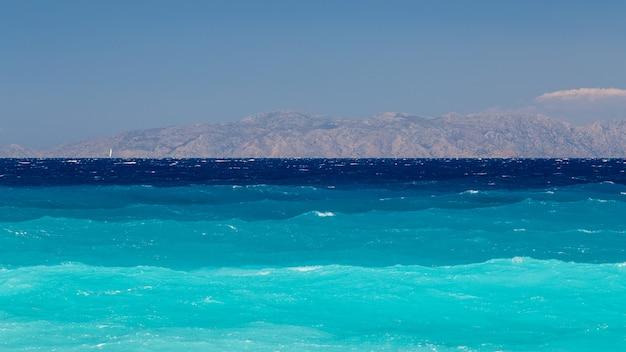 Belle mer et montagnes sur le fond