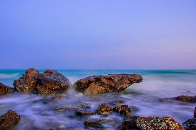 Belle mer et rochers le long de la plage, la mer à phetchaburi.