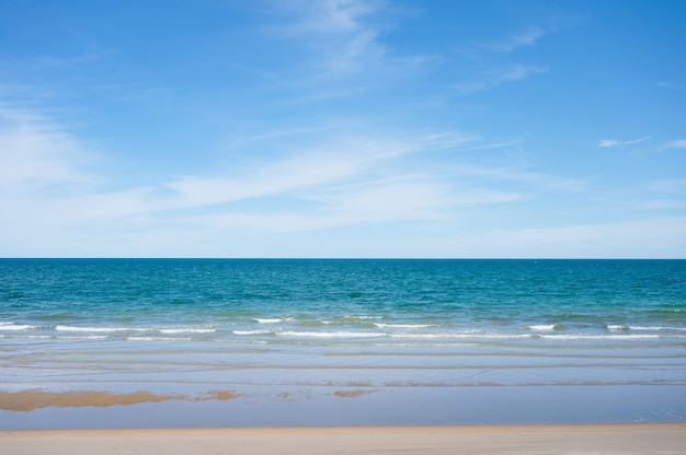 Belle mer tropicale bleue sur la plage et ciel lumineux en journée ensoleillée