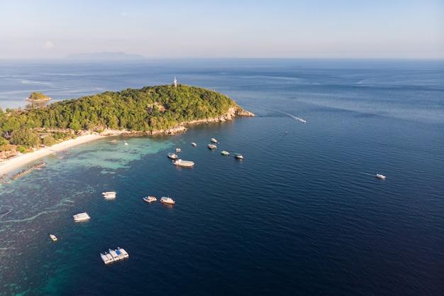 Belle mer tropicale avec île à andaman