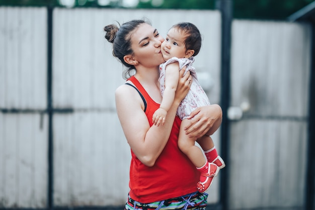 Belle mère et bébé à l'extérieur dans la cour de la maison