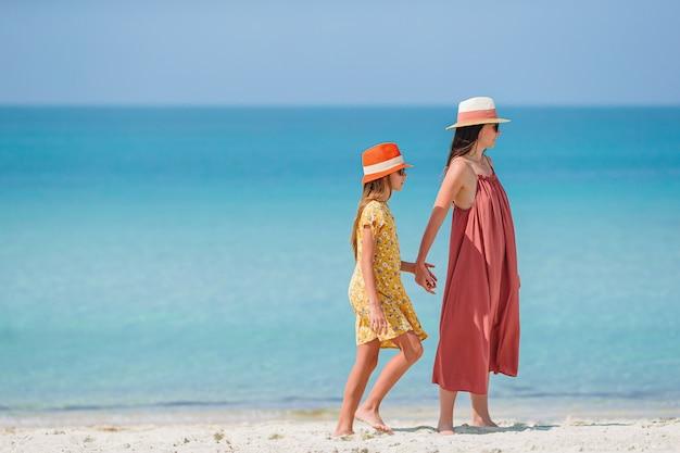 Belle mère et fille sur la plage des caraïbes, profitant des vacances d'été