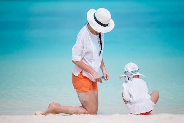 Belle mère et fille sur la plage des caraïbes, profitant des vacances d'été.