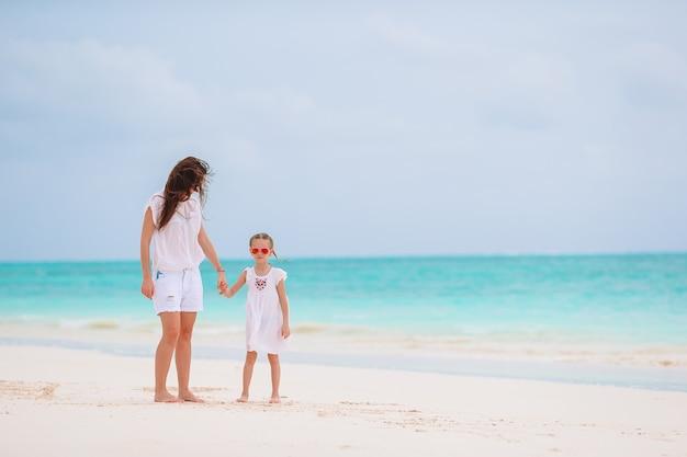 Belle mère et fille à la plage des caraïbes, profitant des vacances d'été.