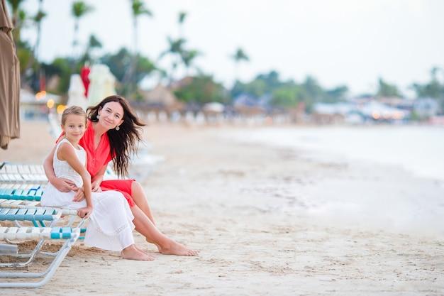 Belle mère et fille à la plage des caraïbes, profitant des vacances d'été