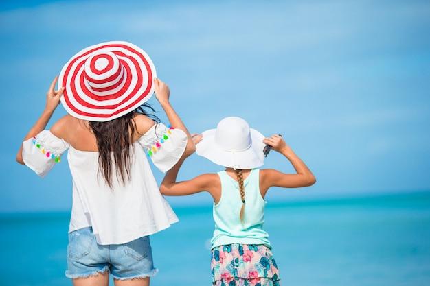 Belle mère et fille sur la plage des caraïbes. vacances à la plage en famille
