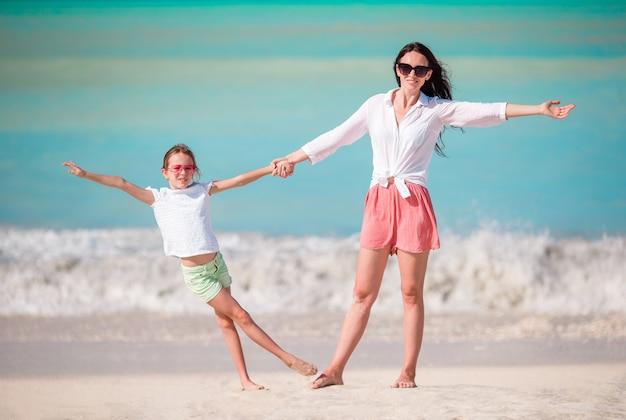 Belle mère et fille sur la plage des caraïbes