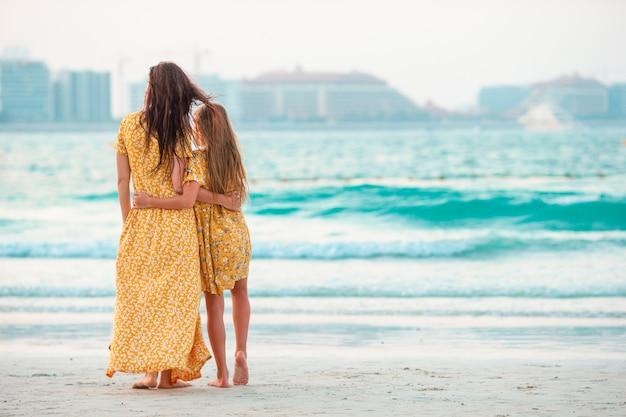 Belle mère et fille à la plage, profitant des vacances d'été.
