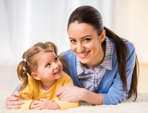 Belle mère heureuse et petite fille se détendre ensemble