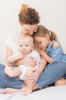 Belle mère jouant avec des enfants