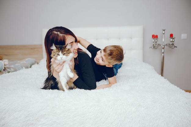 Belle mère avec mignon fils à la maison