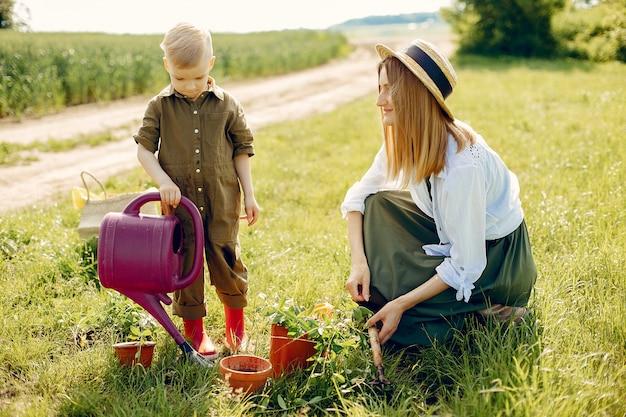 Belle mère avec petit fils dans un champ d'été