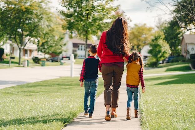 Belle mère avec petits enfants