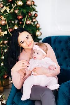 Belle mère avec sa jolie petite fille