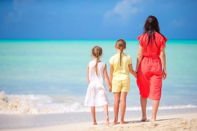 Belle mère et ses adorables petites filles sur la plage