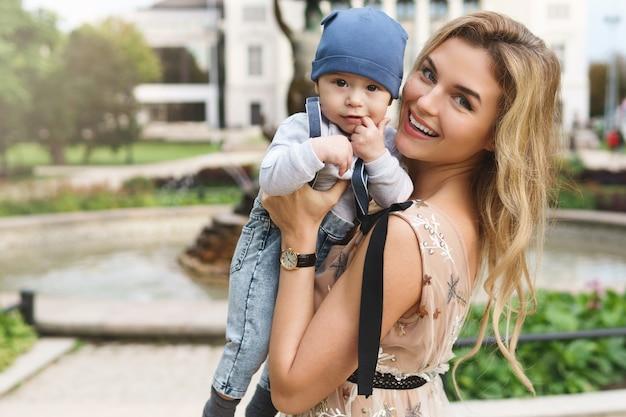 Belle mère avec son bébé dans la rue de la ville