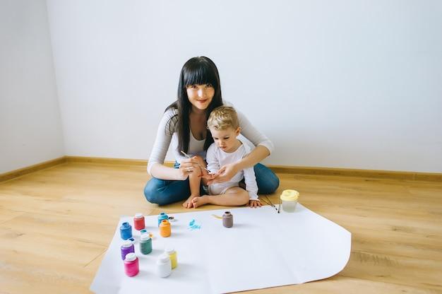 Belle mère son fils et chat peinture sur le papier