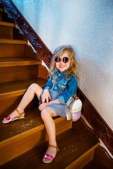 Belle mignonne drôle incroyable jeune hipster teen fille mangeant un cornet de crème glacée, rit heureux