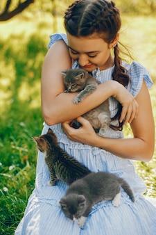 Belle et mignonne fille en robes bleues avec de belles coiffures et séance de maquillage