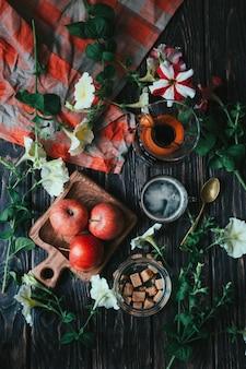 Belle mise en page plate dans un style rustique avec des fleurs et du café