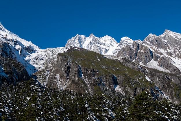Belle montagne enneigée et ciel bleu