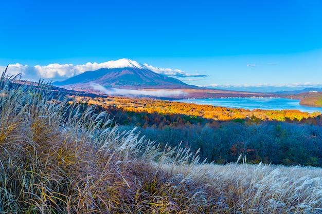 Belle montagne de fuji dans le lac yamanakako ou yamanaka
