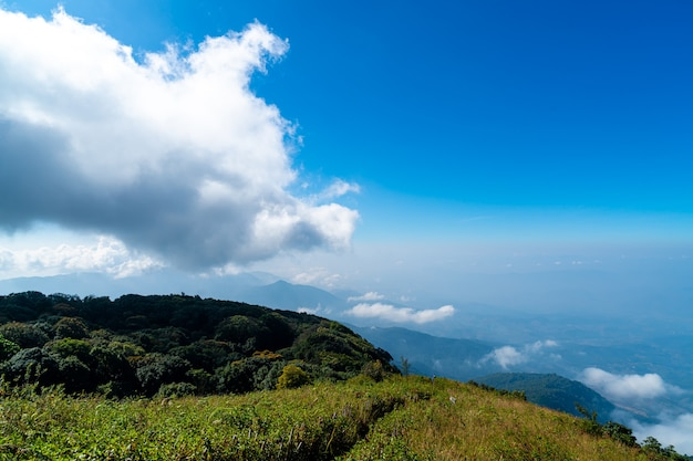 Belle montagne avec nuages et ciel bleu à kew mae pan nature trail à chiang mai, thaïlande