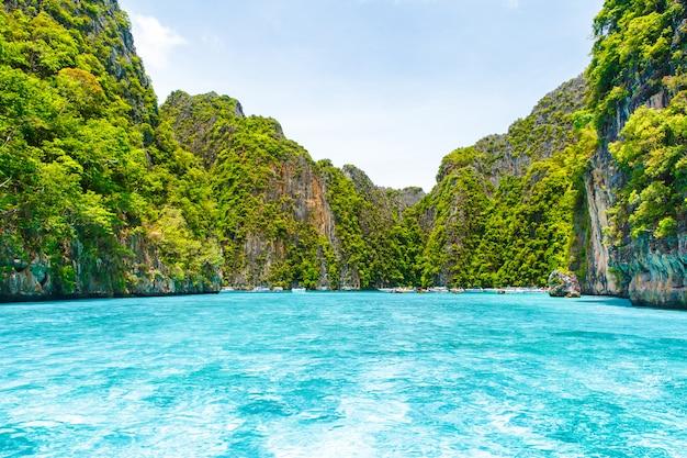 Belle montagne de rochers et mer cristalline à krabi
