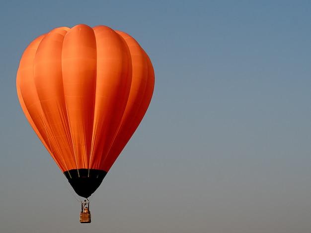 Belle montgolfière orange dans le ciel
