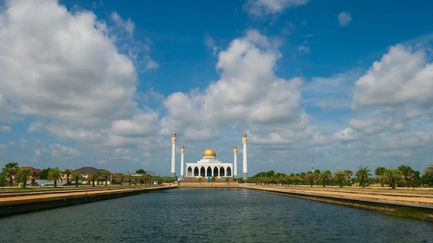 Belle mosquée avec ciel bleu et reflet