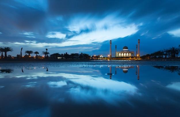 Belle mosquée avec réflexion avec le coucher du soleil