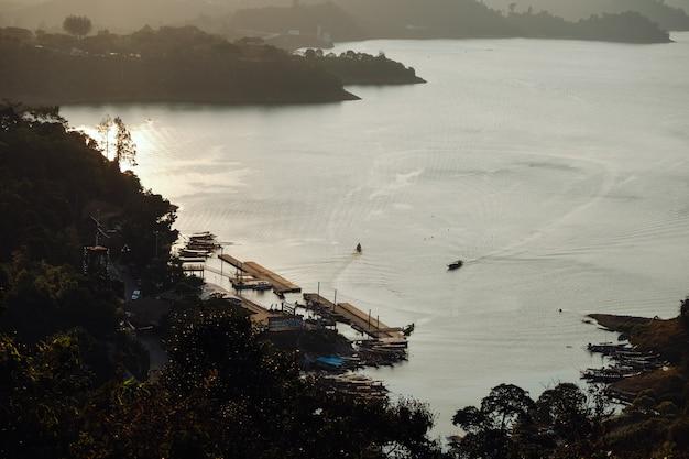 Belle nature au lac cheow lan, barrage de ratchaprapha, parc national de khao sok en thaïlande