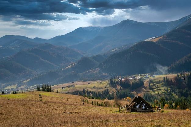 La belle nature fraîche des carpates représentée dans les hautes collines